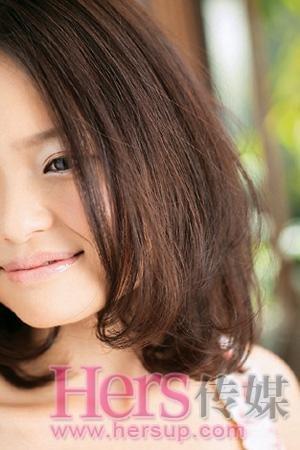 """""""这种针对日本女性特点设计的发型比例,即美发的长度在下巴与锁骨之间图片"""