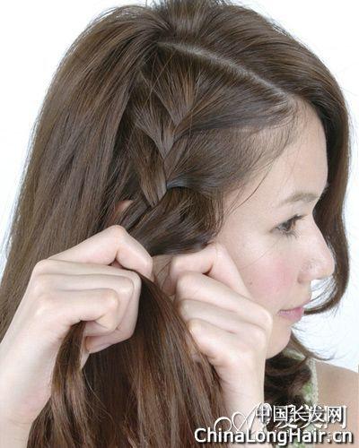 act:按照这样的方法重复,一直往下编织三股辫,把刘海附近较短的头发都图片