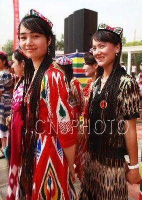 新疆首届编辫子大赛 展示维族妇女传统美