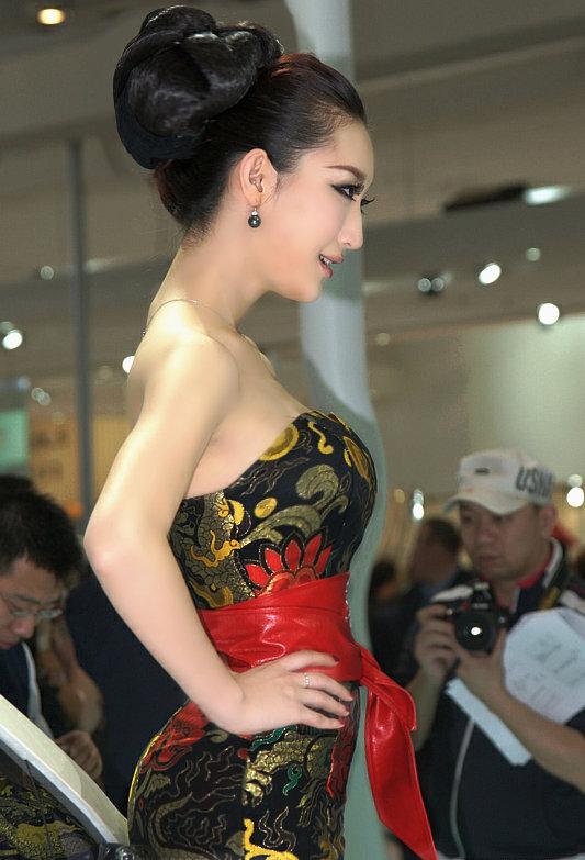 盘发的美女车模 中国长发网