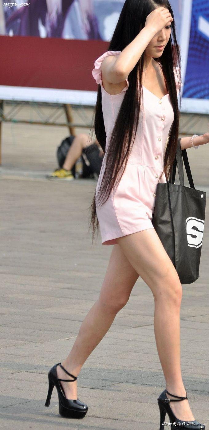 穿短裙的长发美女卢小