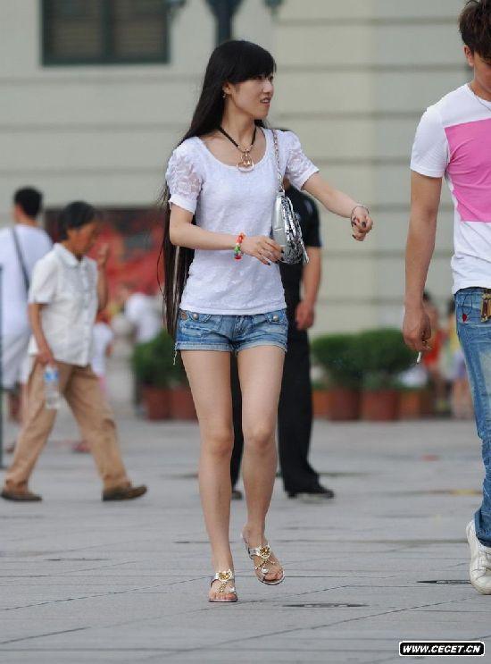 穿短裤的长发美女