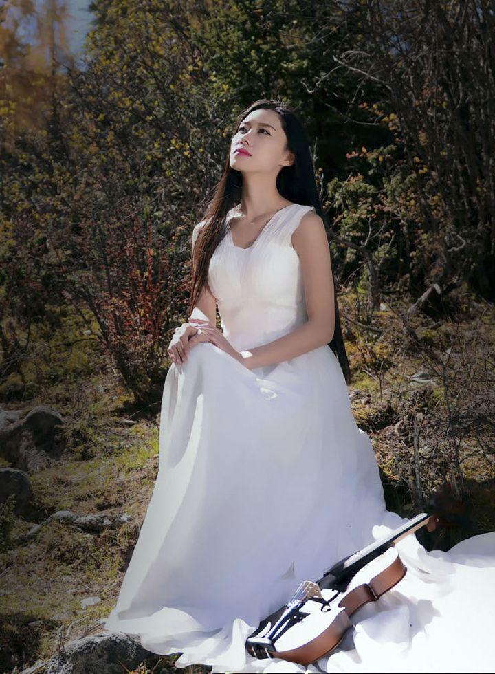 黑发白裙的长发美女