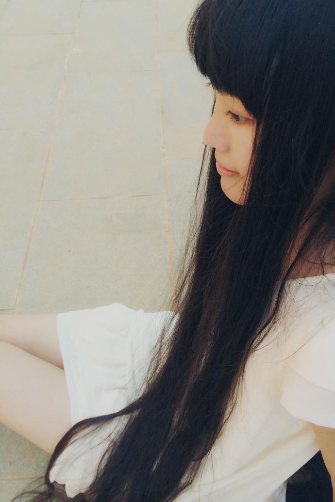 爱玩吉它的长发美女图片
